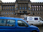 Die Prager Stadt Magistrale und das Nationalmuseum am oberen Ende des Wenzelsplatz. <br /> <br /> Prague urban landscape - the city highway (Magistral) in front of the National Museum on the top of Wenceslas Square.