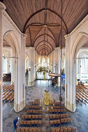 Nederland, Nijmegen, 17-4-2019De Stevenskerk in het centrum van de stad met het beroemde Konig orgel heeft nieuwe, moderne ledverlichting gekregen via sponsoring en crowd funding. De armaturen zijn vervangen en het houten dak in tonconstructie is nu mooi uitgelicht te zien .Foto: Flip Franssen