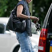 NLD/Laren/20080815 - Heleen Kolff, partner van Sander Vahle met boodschappen bij haar auto
