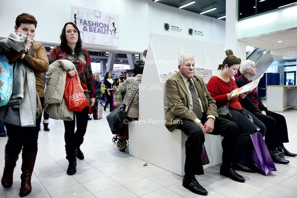 Nederland, Amsterdam , 16 februari 2013.<br /> De huishoudbeurs in de RAI is weer in volle gang. Vrouwen jagen op huishoudelijke koopjes en hun mannen volgen lijdzaam en verveeld.<br /> Foto:Jean-Pierre Jans