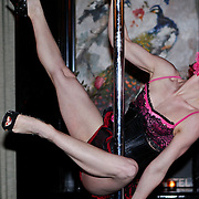 NLD/Amsterdam/20110201 - Presentatie van licht erotisch magazine Le Duc, Burlesqque paaldanseres Miss Flora Gattina