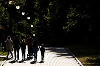 Augustow, woj. podlaskie, 22.07.2020. Ograniczenia w wyjazdach zagranicznych spowodowane pandemia koronawirusa zachecily ludzi do korzystania z urokow krajowych wyjazdow wakacyjnych. Augustow, polozony nad jeziorami Neckiem i Bialym, pomimo chlodnej drugiej polowy lipca, byl oblegany przez turystow z calej Polski N/z bulwar nad jeziorem Necko fot Michal Kosc / AGENCJA WSCHOD