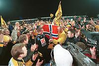 99123108: Strømsgodset - Start 0-1, Marienlyst stadion, 31. oktober 1999. Start har akkurat rykket opp til Tippeligaen 2000. Espen Johnsen blir bejublet. (Foto: Peter Tubaas)