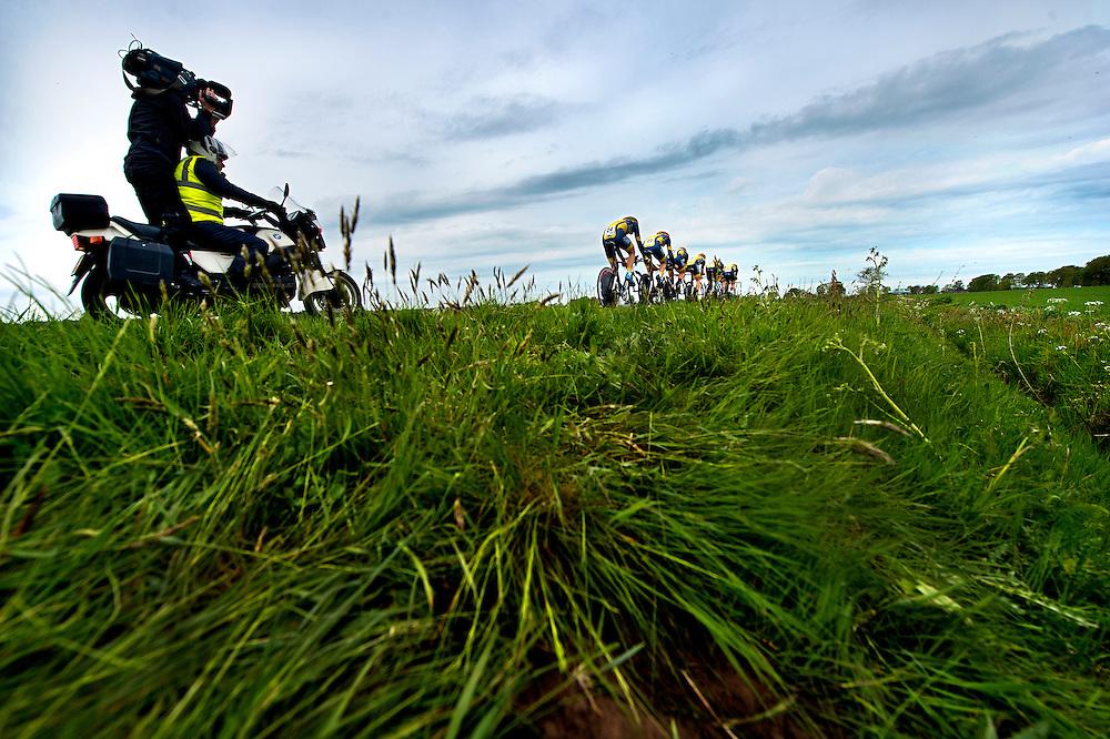Nederland, Assen, Ploegentijdrit.<br /> Wielrennen, Olympia's Tour.<br /> De Ploeg van Cyclingteam Join's - de Rijke in het drentse land met de televisie motor er achteraan.<br /> Foto : Klaas Jan van der Weij