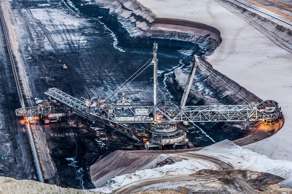 Juechen, DEU, 15.06.2018<br /> <br /> Schaufelradbagger vor Windraedern am Tagebau Garzweiler. Der von der RWE Power AG betriebene Braunkohletagebau Garzweiler erstreckt sich im Rheinischen Braunkohlerevier zwischen den Staedten Bedburg, Grevenbroich, Juechen, Erkelenz und Moenchengladbach. <br /> <br /> The Garzweiler open-cast lignite mine operated by RWE Power AG extends in the Rhenish lignite district  in the westernmost part of Germany between the cities of Bedburg, Grevenbroich, Juechen, Erkelenz and Moenchengladbach.<br /> <br /> Foto: Bernd Lauter/berndlauter.com