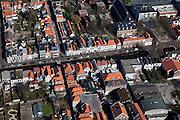 Nederland, Zuid-Holland, Delft, 20-03-2009; Verwersdijk, geparkeerde auto's aan de gracht, rode pannendaken in de historische binnenstad. Links van het midden en naar boven toe de Doelenstraat, rechtsboven Doelenplein. Air view on the Old Town of Delft..Swart collectie, luchtfoto (toeslag); Swart Collection, aerial photo (additional fee required).foto Siebe Swart / photo Siebe Swart