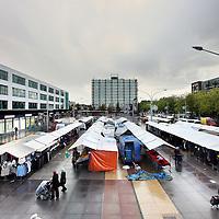 Nederland, Amsterdam , 20 oktober 2010..De kleding en stoffen afdeling van de markt op Plein 40-45.Fabris and clothing stalls on the market on Plein 40-45 in Amsterdam in the rain.