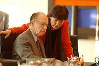 16 JAN 2002, BERLIN/GERMANY:<br /> Walter Riester, SPD, Bundesarbeitsminister, und Ulla Schmidt, SPD, Bundesgesundheitsministerin, im Gespraech, vor Beginn der Kabinettsitzung, Bundeskanzleramt<br /> IMAGE: 20020116-01-009<br /> KEYWORDS: Kabinett, Sitzung, Gespräch
