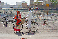 Inde, Rajasthan, rencontre homme femme. // India, Rajasthan, meeting between woman and man.