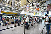 Duitsland, Weeze, 22-7-2013In het vakantieseizoen is het erg druk op vliegveld Weeze. Vlak over de grens bij Nijmegen ligt het regionaal vliegveld Niederrhein, Weeze, wat sinds zes jaar uitgegroeid is tot een belangrijke regionale luchthaven en als thuisbasis fungeert voor prijsvechter, chartermaatschappij Ryanair. In de regio bevindt zich ook vliegveld Dusseldorf. Naast passagiersvervoer wordt er veel luchtvracht vervoerd. Foto: Flip Franssen/Hollandse Hoogte