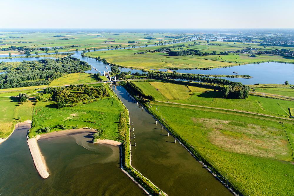 Nederland, Gelderland, Gemeente Maasdriel, 23-08-2016; Heerewaarden, Kanaal van Sint Andries met sluis, verbinding tussen Maas (achtergrond) en Waal elkaar bijna raken. Op de landengte ligt ook Fort Sint-Andries<br /> Heerewaarden, where the river Maas (Meuse, background) and Waal almost touch, divided bij a isthmus. In to the canal the lock of St. Andries and an old fortress. <br /> aerial photo (additional fee required); <br /> luchtfoto (toeslag op standard tarieven);<br /> copyright foto/photo Siebe Swart