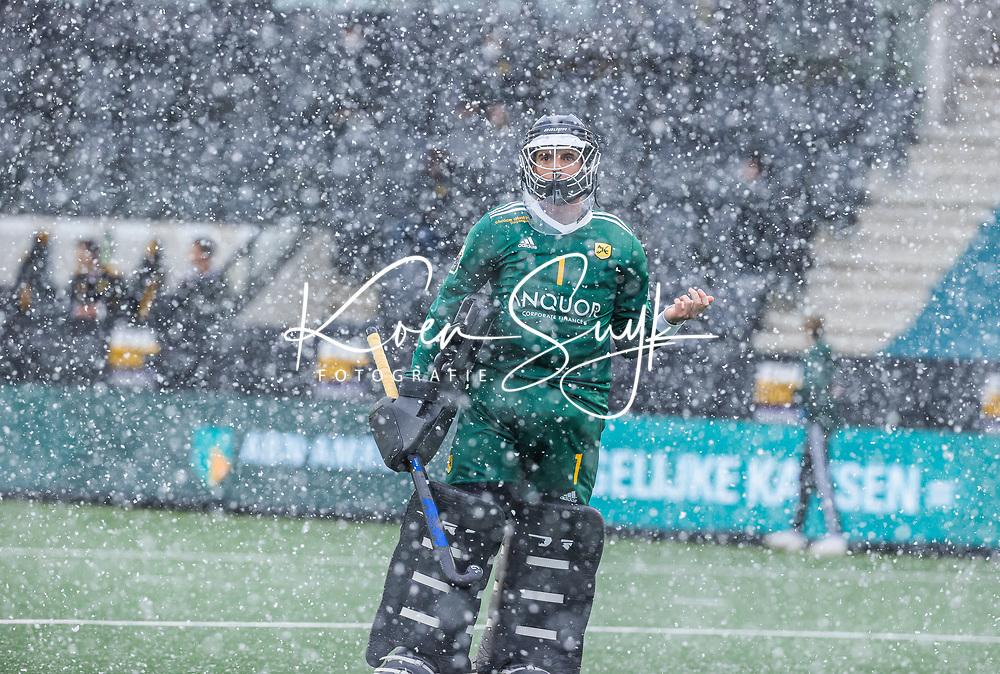 AMSTELVEEN -  Marc Calzada (GK) (Terrassa)   in de sneeuw   tijdens de Euro Hockey League finale mannen, Atletic Terrassa (Sp) - HC Bloemendaal (2-5). COPYRIGHT KOEN SUYK