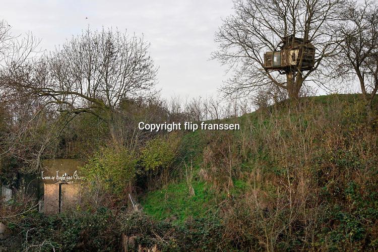 Nederland, Nijmegen, Oosterhout, 10-12-2020  Voormalig fort beneden lent wordt bewoond door anti kraak. Het fort wordt ook wel nieuw Knodsenburg genoemd. Het is in 1862 gebouwd ter verdediging van de stad Nijmegen en fungeerde later ter bescherming van de spoorbrug over de Waal. Staatsbosbeheer heeft de krakers doen vertrekken en wil de gebouwen zelf gaan gebruiken.Foto: ANP/ Hollandse Hoogte/ Flip Franssen