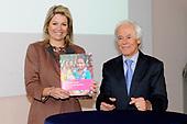 Prinses Máxima ontvangt een boek over baarmoederhalskanker