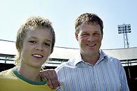 Fotball<br /> Nederland<br /> Foto: ProShots/Digitalsport<br /> NORWAY ONLY<br /> <br /> holland casino eredivisie seizoen 2004/2005<br /> <br /> 28-05-2005 - de kuip rotterdam<br /> <br /> erwin koeman is de nieuwe trainer van feyenoord - hier poseert hij met zijn zoon.