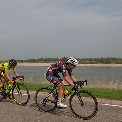 29-08-2018: Wielrennen: Ladies Tour: Nijmegen<br /> Maaike Boogaard (Team BTC City Ljublijana) samen met Karlijn Swinkels (Ale Chipollini) in de achtervolging op de waaldijk