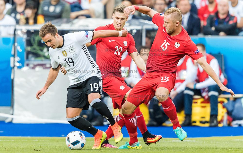 16-06-2016 FRA: UEFA EURO Duitsland - Polen, Parijs<br /> Groep C 2e wedstrijd Stade de France - Mario Goetze (GER), lukasz Piszczek (POL), Kamil Glik (POL)<br /> <br /> ***NETHERLANDS ONLY***