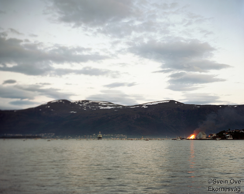 Et stort antall båter ligger på Borgundfjroden for å se Slinningsbålet brenne i Ålesund.<br /> Foto: Svein Ove Ekornesvåg
