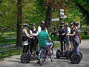 Turyści zwiedzający miasto na segwayach, Kraków Planty, Polska<br /> Tourists visiting the city on segways, Cracow Planty, Poland