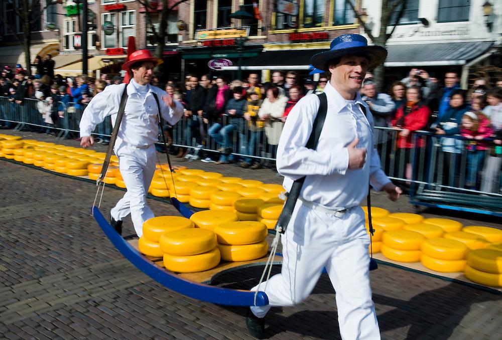 Nederland, Alkmaar, 2 april 2010.Kaasmarkt in Alkmaar. Elke vrijdag vanaf 10 tot 14.00 uur traditionele kaasmarkt met kaasdragers en kaas keuren door keurmeesters.. .Foto Michiel Wijnbergh
