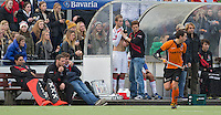 EINDHOVEN - Billy Bakker van Amsterdam wordt in de dug-out verzorgd,  zondag tijdens de hoofdklasse hockeywedstrijd tussen Oranje-Zwart en Amsterdam (3-0).  links de hockeymeisjes. FOTO KOEN SUYK.