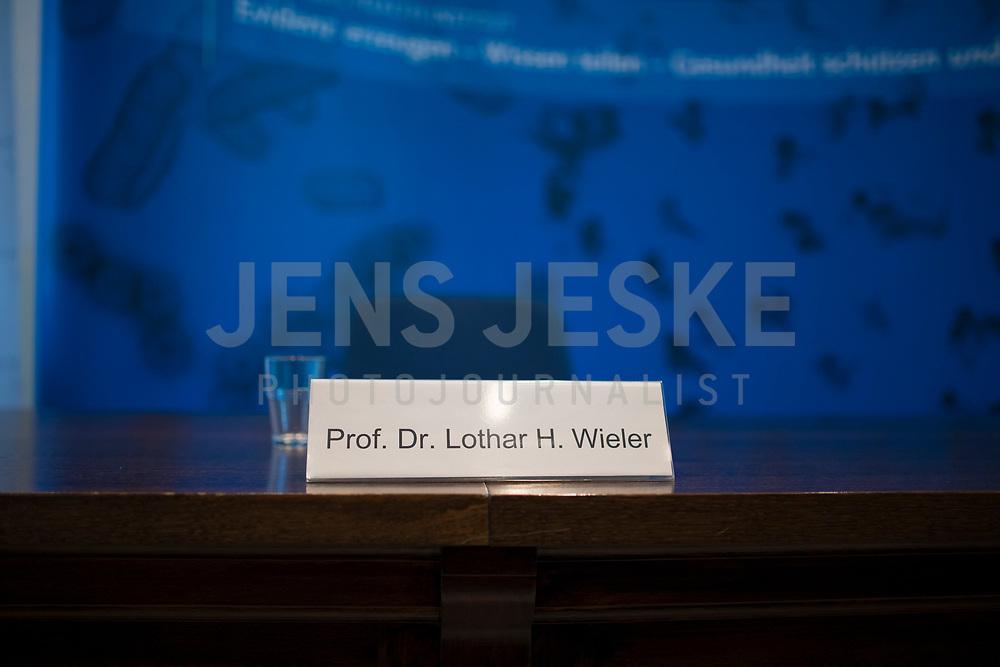 DEU, Deutschland, Germany, Berlin, 05.05.2020: Namensschild von Prof. Dr. Lothar H. Wieler, Präsident Robert Koch-Institut (RKI), bei einem Pressebriefing zum aktuellen Stand der Verbreitung des Coronavirus in Deutschland, Hörsaal des Robert-Koch-Instituts.