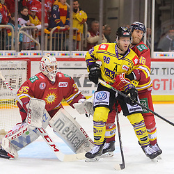 Daniel Pietta (Krefeld Pinguine, Nr. 86) wird von Nicholas Jensen (Duesseldorfer EG, Nr. 48) umklammert<br /> im DEL-Spiel der Duesseldorfer EG gegen die Krefeld Pinguine (06.03.2020). beim Spiel in der DEL, Duesseldorfer EG (rot) - Krefeld Pinguine (gelb).<br /> <br /> Foto © PIX-Sportfotos *** Foto ist honorarpflichtig! *** Auf Anfrage in hoeherer Qualitaet/Aufloesung. Belegexemplar erbeten. Veroeffentlichung ausschliesslich fuer journalistisch-publizistische Zwecke. For editorial use only.