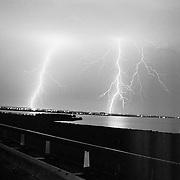 Onweer en bliksem boven Soest en Huizen, Gooimeer, noodweer, storm, bliksemschicht, licht, brug, nacht, wolken,
