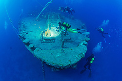 Schiffswrack SS Thistlegorm, Taucher am Schiffs Wrack beim Bug, Shipwreck SS Thistlegorm, Schuba diver on Ship wreck near thr Bow, Rotes Meer, Ägypten, Red Sea Egypt