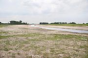 Nederland, Druten, 10-5-2020In de uiterwaarden langs de Waal bij Afferden en Deest is door Rijkswaterstaat in het kader van ruimte voor de rivier een nevengeul gegraven die ook een nieuw natuurgebied en wandelgebied, recreatiegebied heeft opgeleverd . Het water staat nu laag door de aanhoudende droogte dit voorjaar . De herinrichting van deze Afferdense en Deestse Waarden moet voor een betere waterafvoer zorgen in tijden van hoogwater . De uitgegraven meestromende nevengeul, geul met vertakkingen wordt gevuld met rivierwater . Het beheer wordt gedaan door staatsbosbeheer . Land van Maas en Waal . Foto: Flip Franssen