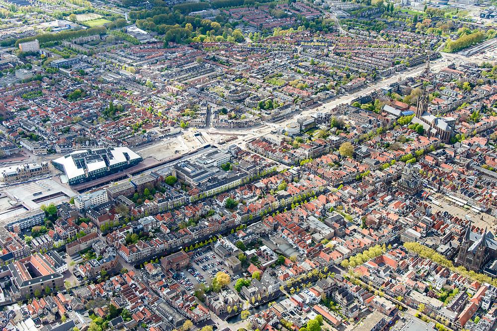 Nederland, Zuid-Holland, Gemeente Delft, 28-04-2017; centrum Delft, Markt met Nieuwe Kerk en Stadhuis. Spoorzone met stadskantoor en station in de achtergrond.<br /> City centre Delft.<br /> luchtfoto (toeslag op standard tarieven);<br /> aerial photo (additional fee required);<br /> copyright foto/photo Siebe Swart