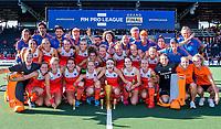 AMSTELVEEN  -  Nederlands team met de beker.  Oranje wint de finale na schoot outs. Speelsters   na   de finale  Nederland-Australie (2-2)  van de Pro League hockeywedstrijd dames. .  COPYRIGHT KOEN SUYK