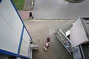 Nederland, Arnhem, 9-1-2020 In nieuwjaarsnacht zijn twee mensen omgekomen in de lift van dit flatgebouw aan het Gelderseplein. omdat in de toegangshal vuur was ontstaan en de stroom uitviel. Een schadeherstelbedrijf heeft een nooodlift en noodtrap aangelegd en is bezig met het schoonmaken van het trappenhuiis wat vol roet kwam . Er zijn knuffels en bloemen neergelegd . De woningbouwvereniging Vivare gaat de flats uit de jaren 70 renoveren .. Foto: Flip Franssen