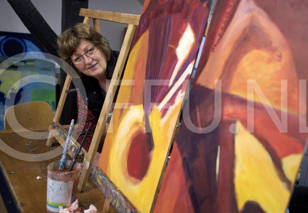 NIEUWLEUSEN - Annet Wessels boos wegens verkoop van haar schilderijen..FFU PRESS AGENCY COPYRIGHT FRANK UIJLENBROEK.