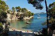 Spanien Spain,Mallorca Balearen..Port d'Andratx..Cala Fornells bei Andratx, kleine Bucht, Strand, Haus auf Felsen, Pinien..Cala Fornells Bay, beach....