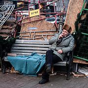 Un homme se repose derrière une barricade sur la place de l'indépendance à Kiev, Ukraine, le mercredi 4 décembre 2013.