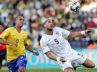 Fotball , 18. juni 2009<br /> PRETORIA,TSHWANE,SUEDAFRIKA,18.JUN.09 - FUSSBALL - FIFA Confederations Cup 2009, Laenderspiel, USA vs BRA. Bild zeigt Luis Fabiano (BRA) und Oguchi Onyewu (USA).<br /> USA-Brasil <br /> Norway only