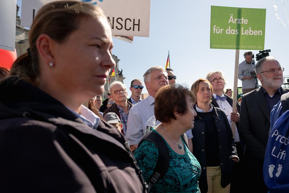 """Mehrere tausend fundamentalistische christliche Abtreibungsgegner protestieren mit einem """"Marsch für das Leben"""" gegen Abtreibungen durch Berlin Mitte. Die Teilnehmer tragen weiße Kreuze, die symbolisch für die jährlich in Deutschland abgetriebenen Kinder stehen sollen. Die AfD-Politikerin Beatrix von Storch nimmt an der Veranstaltung teil.<br /> <br /> [© Christian Mang - Veroeffentlichung nur gg. Honorar (zzgl. MwSt.), Urhebervermerk und Beleg. Nur für redaktionelle Nutzung - Publication only with licence fee payment, copyright notice and voucher copy. For editorial use only - No model release. No property release. Kontakt: mail@christianmang.com.]"""