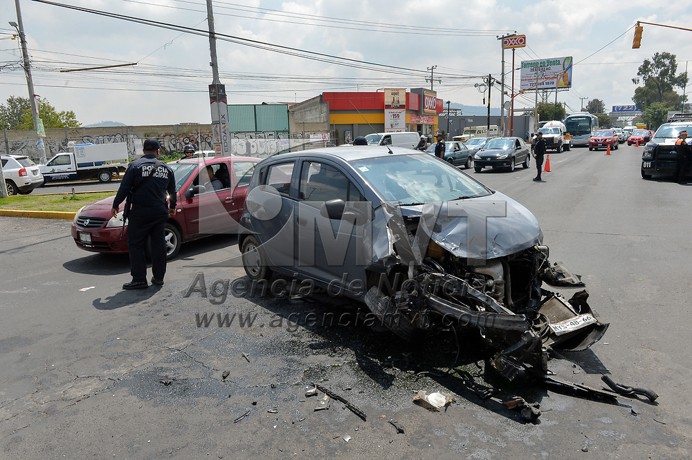 Zinacantepec, México.- Una patrulla municipal se impacto contra dos autos en el cruce de vialidad Adolfo López Mateos y carretera a Almoloya de Juárez, una persona resultó lesionada. Agencia MVT / Mario Vázquez de la Torre.