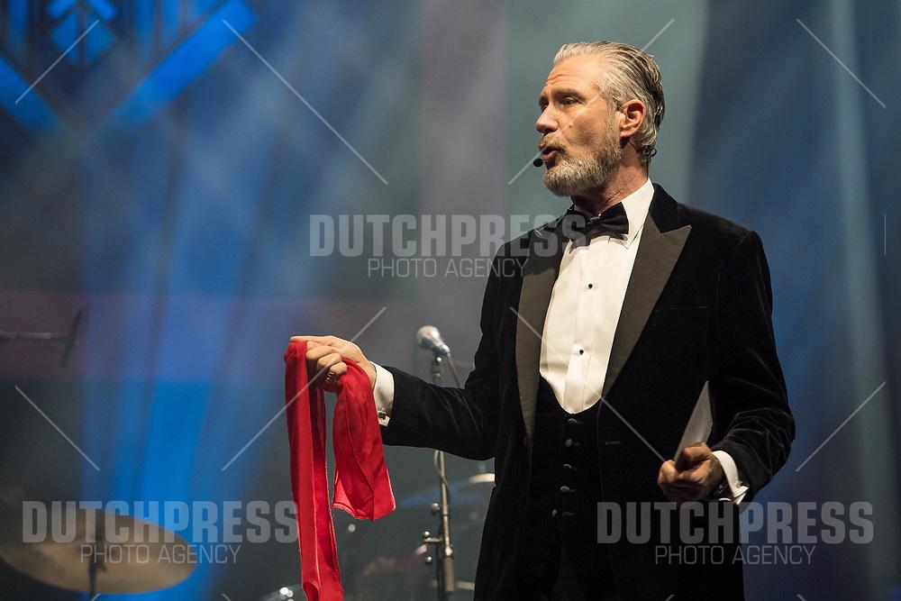 Eric Corton tijdens de uitreiking van de Edison Pop in de Gashouder op het terein van de Westergasfabriek in Amsterdam