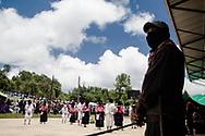 Un soldato dell' EZLN durante uno spettacolo di teatro zapatista. Festival CompArte, caracol di Oventik.