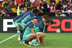 2018?7?28?.??????——?????????????????????????..7?28????????Mesut Ozil???????????????????????????.???? ??????..Arsenal player Mesut Ozil (Front) warms up before the International Champions Cup match between Arsenal and Paris Saint-Germain held in Singapore's National Stadium on Jul 28, 2018..By Xinhua, Then Chih Wey..??????????2018?7?28? (Credit Image: © Then Chih Wey/Xinhua via ZUMA Wire)