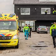 NLD/Loosdrecht/20150326 - Vermoedelijke liquidatie in woning Nieuw Loosdrechtsedijk Loosdrecht, slachtoffer word zwaargewond afgevoerd,