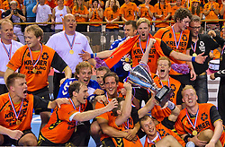 02-06-2011 HANDBAL: BEKERFINALE HURRY UP - O EN E: ALMERE<br /> Het team van Kremer Hurry Up met de beker en de wisselbeker<br /> ©2011-FotoHoogendoorn.nl / Peter Schalk