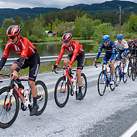 Rytterne passerer Byremo under Tour of Norway sykkelritt etappe 2: Lyngdal - Kristiansand.