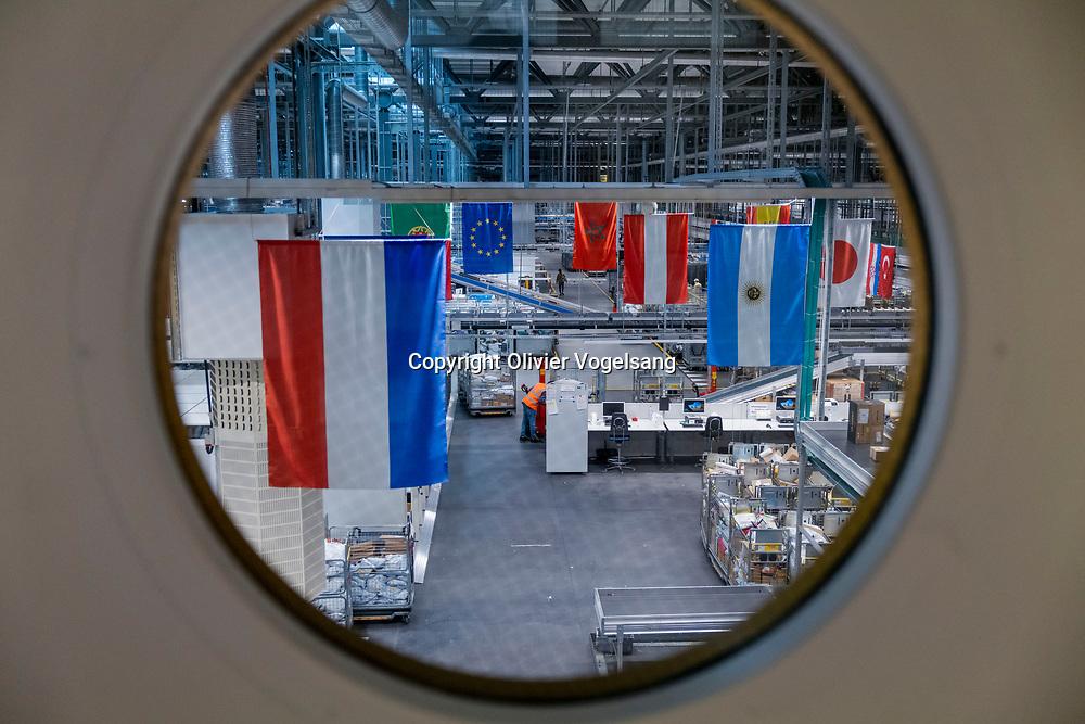 Mülligen, banlieue de Zürich. Centre de tri postal. Reportage sur le processus de dédouanement fait par les employés des douanes, gardes frontières suisses. © Olivier Vogelsang
