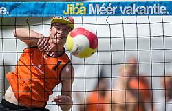 17-06-2016 NED: Beachvolleybaltoernooi eredivisie, Amsterdam<br /> Op het Mercatorplein in Amsterdam gaan de beachers uit de eredivisie van start / Hidde Uittenbosch #1