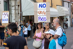 MANIFESTAZIONE NO VAX ANTI VACCINO COVID FERRARA