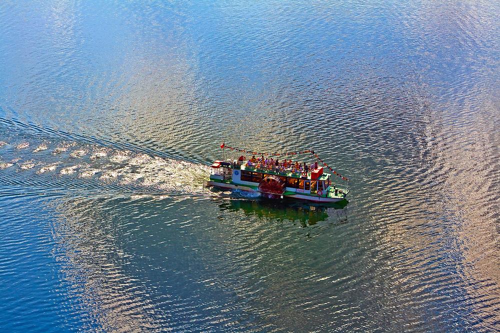 Statek wycieczkowy na Jeziorze Czorsztyńskim.<br /> Pleasure boat on Czorsztyńskie Lake.