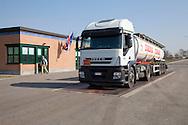Nosedo, Milano : Impianto di depurazione delle acque reflue. Nosedo Waste Water Treatment plant. Nella foto un camion in ingresso che trasporta cloruro di alluminio.